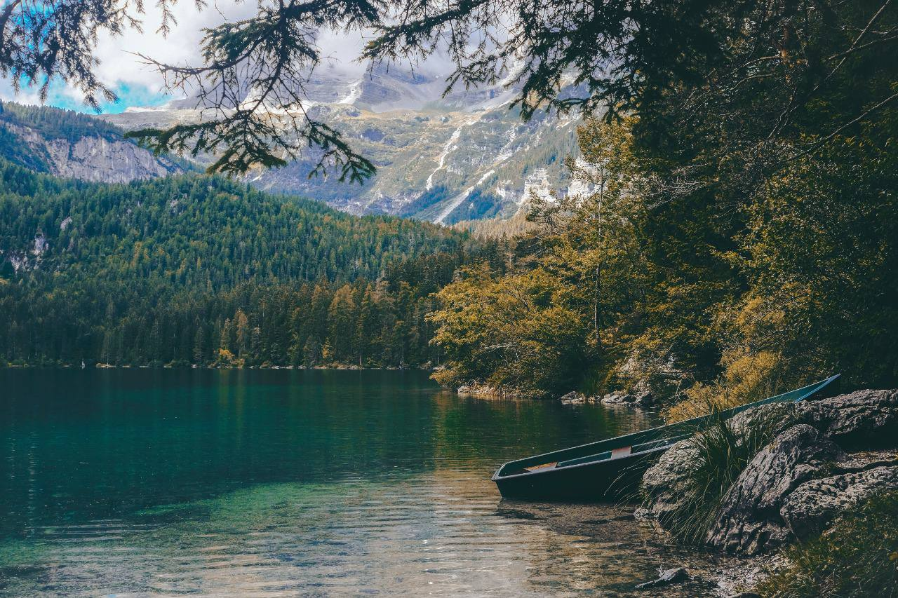 Притча о пустой лодке ⠀ Пришёл как-то ученик к старому мастеру — злой и...