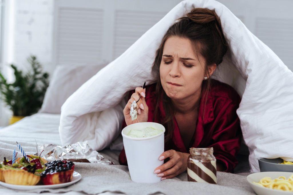 Какие психологические проблемы мы компенсируем едой  Когда еда становится не...